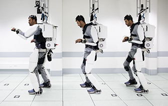 An unprecedented neuroprosthetic allows a tetraplegic patient fitted with an exoskeleton to move
